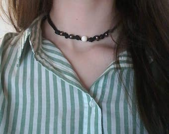 Knotted pearls and mother of pearl choker