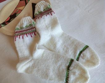 Weiße Damensocken mit interessanter Bordüre in rot und grün Gr. 37/38 aus hochwertige Sockenwolle in Runden ohne störende Nähte gestrickt
