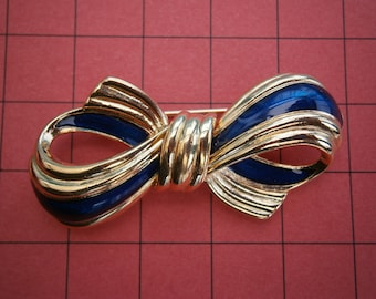 D859) A Lovely Vintage Blue enamel gold tone bow brooch