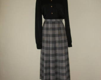80s Burberrys skirt. Black and white wool plaid, preppy and pleated full skirt, size S-M.