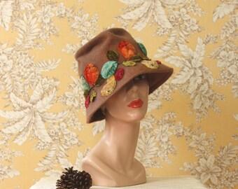 vintage 1960s hat <> 1960s brushed wool felt hat with velvet applique <> 1960s cloche style hat <>  vintage wool cloche with fruit applique