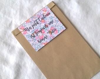 """Sachet cadeau  étiquette liberty et inscription """"Un petit cadeau est toujours une bonne idée"""" vert et rose"""