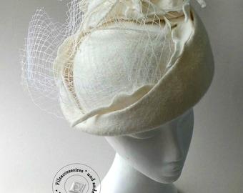 Romantischer Überragender Brauthut elfenbein Hochzeit Cocktail-Hut handgefilzt design elegant festlich mit Hutnetz Pillbox-Hut Winter Autumn