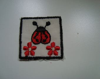 Patches Appliques hot-melt black and Red Ladybug and flower pattern embroidered on white background