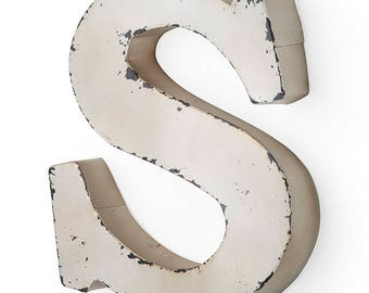 Antique ivory-colored metal letter S 26X5X30 cm