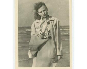 Vintage Snapshot Photo: Windy. c1940s-50s (79606)