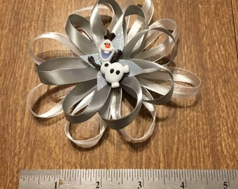 White and gray Olaf bow
