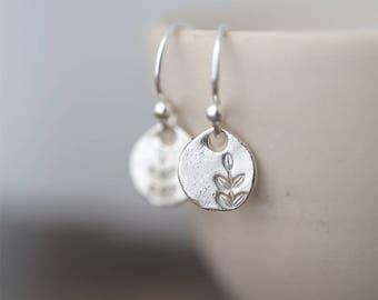 Boucles d'oreilles petite feuille argent | Cadeau de fête des mères | Bijoux faits main | Tamponné bijoux cadeau pour elle | Petites boucles d'oreilles argent