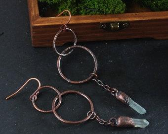 Quartz point earrings: Circle earrings - Hammered hoop earrings - Oxidized copper hoops - Raw quartz crystals - Electroformed earrings