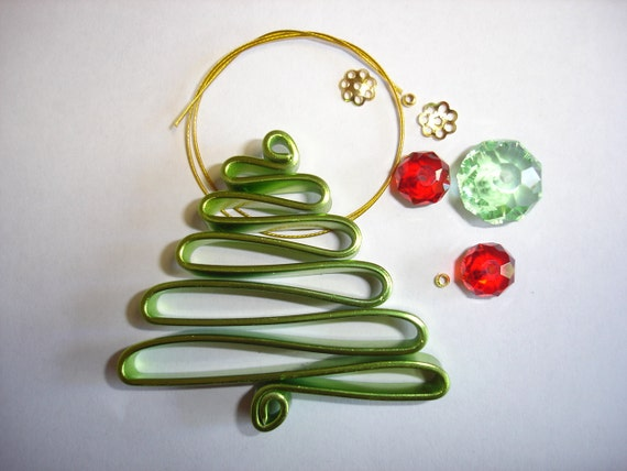 DIY Wire Christmas Tree Decoration In Green And Red