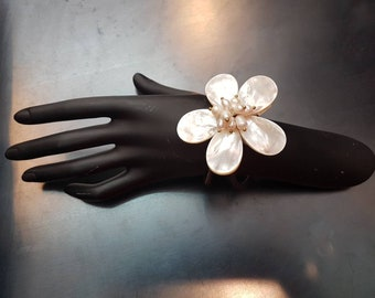 Flower-shaped pearl bracelet