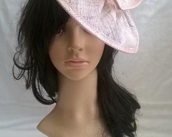 Latte rosa Glanz Fascinator... Sinamay und Federn Fascinator... Gemma