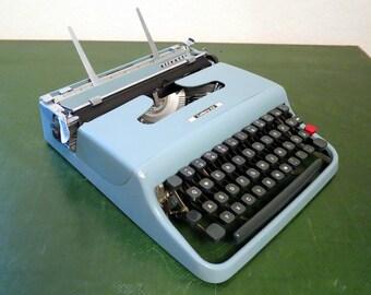 Olivetti Lettera 22 - Vintage Typewriter from 1963