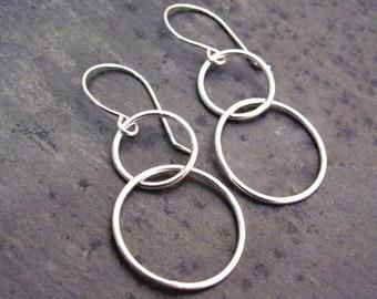 Interlocked circle earrings - silver circle earrings - sterling circle earrings - dangle circle earrings - lightweight silver earrings