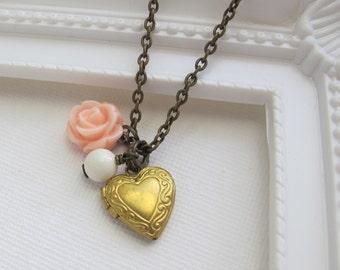 Rosa Rose Herz Foto Medaillon Halskette. Herz Medaillon aus Messing, Elfenbein-Perlen, Pastell rosa Rose. Romantische Vintage-Stil Hochzeitsschmuck