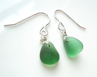 Seaham Seeglas Ohrhaken strahlend grüne Tropfen aus Sterling Silber Haken - E1787 - aus Seaham, UK suspendiert