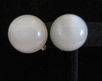 White Moonglow Earrings Scew Back Mid Century Vintage Thermoset White Plastic Dome Button Shape