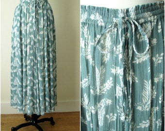 gauze skirt with drawstring waist & side pockets, botanical print, long flowy broomstick pleats, turquoise blue, vintage 90s, medium large