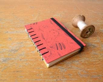 Quaderno Jane Eyre. Bullet journal rosso in formato A7 con legatura copta, copertina rigida e  nastro elastico nero