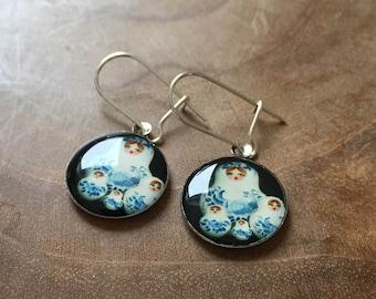 Dangeling Matryoshka earrings: white, blue, very dark green / black.