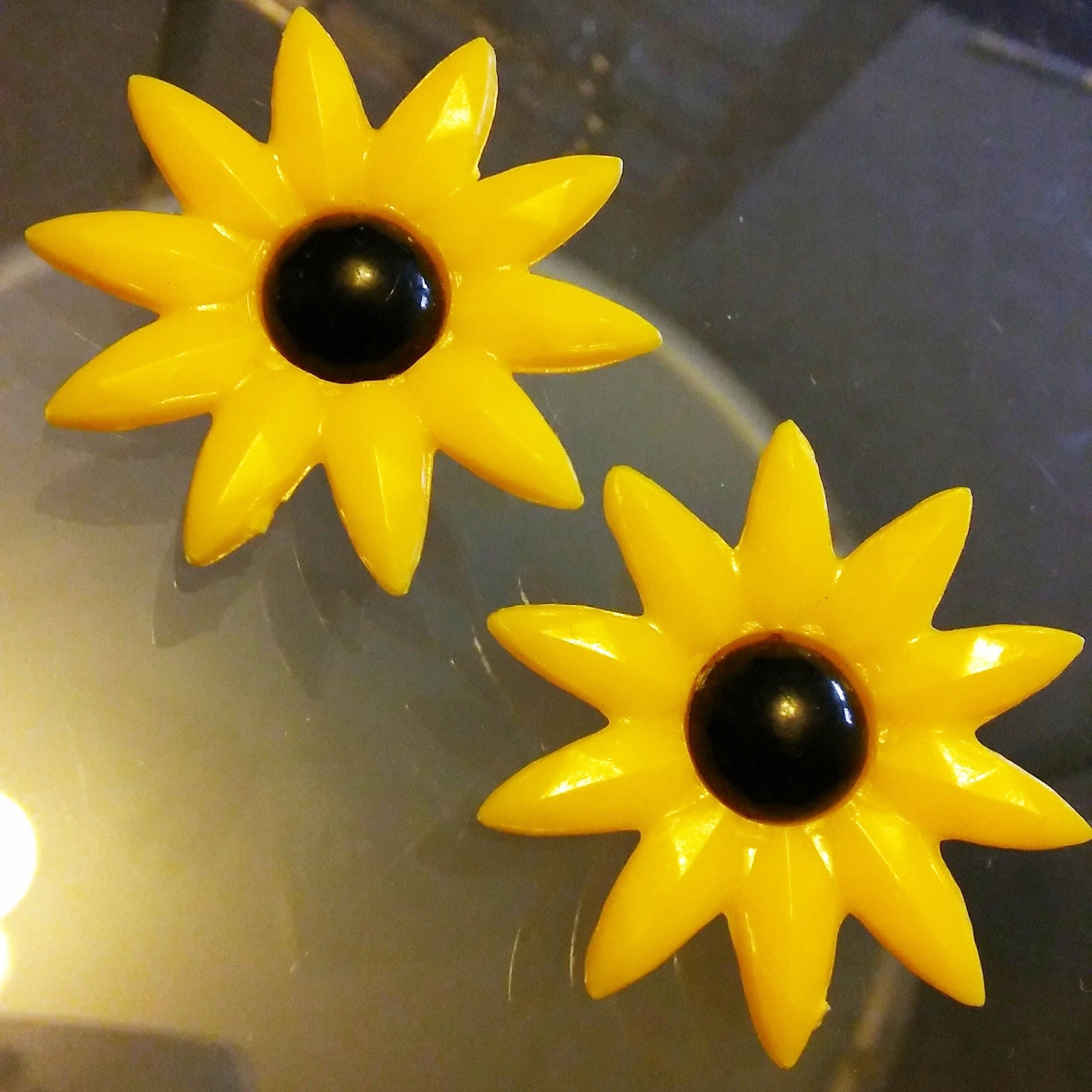 1980s Yellow Daisy Plastic Clip On Earings