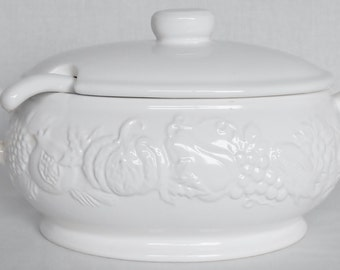 Vintage Off-White 2 quart Ceramic Soup Tureen in a Fruit & Vegetable Motif, Vintage White Soup Tureen, White soup Tureen,  Serveware,