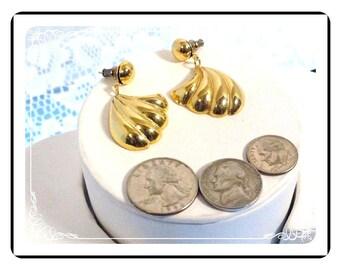 Goldtone Pierced Earrings - Dangling Shell  E600b-08051200.