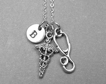 Collier de caducée, symbole de collier médecine, collier de stéthoscope, breloque symbole médical, médecin collier, collier personnalisé, initiale