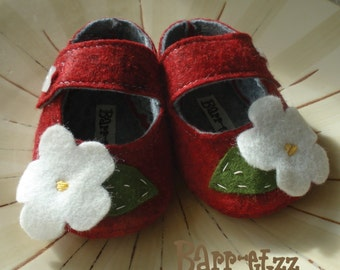 Red Barn Daisy - baby booties mary jane's 0-18 months in Wool Felt