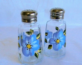 Salt and pepper shakers with blue flowers, blue shaker set, glass shakers, salt and pepper set, blue flowers, kitchen decor