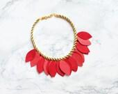 La main corde or et collier de pétales de rose & corail cuir