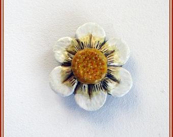 Broche margarita artesanal, broche niña regalo, broche pintado mano joyería contemporánea, broche esmaltado, regalo San Valentín , broches.