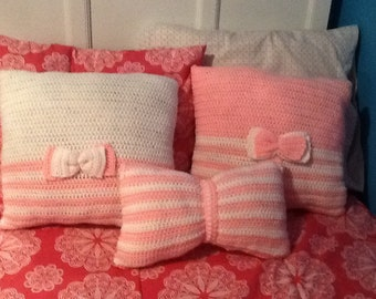 White and pink crochet pillows ( set 3)