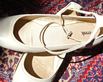 Ladies ankle cross straps flat/low heel shoes - RMK neutral beige leather size 9/41
