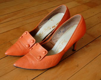Vintage 1960s Orange Pumps / Del Gatto High Heels with Decorative Buttons and Pointed Toe