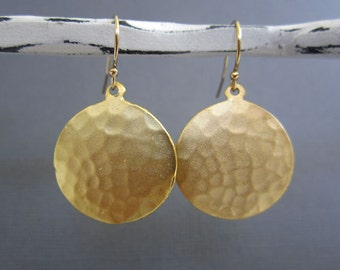 Hammered Gold disc Earrings,  Gold disc Earrings, modern metal jewelry, hammered Silver earrings, Bridesmaid Jewelry, Wedding Jewelry