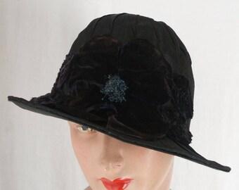 Deep 1920's Brimmed  Cloche Hat Black Ribbon Velvet Floral Trim . Flapper Fashions . Roaring Twenties .