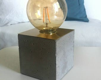 """Table lamp """"Willi"""" made of concrete with brass, cube"""