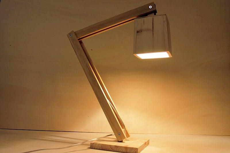 Lampada da tavolo lampada snodabile in legno lampada da for Lampada ufficio design