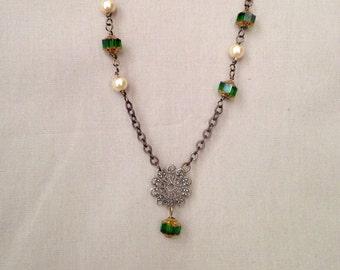 Clara Halskette-filigrane, grün, Kathedrale Glas, Perlenkette, Geschenk für sie, Mai Birthstone, Perlenkette, Perlen-Schmuck-Ideen, Messing
