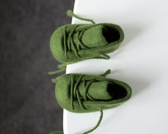 Felted booties for baby boy - Green Wool Newborn Gift - Pregnancy Announcement - New Baby Unisex Gift - Soft Sole Baby Shoes i Green