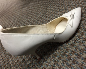 1960's White Smartaire Footwear w/Bow Detail Size 5 1/2 Barely Worn