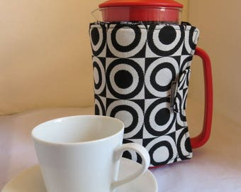 Cafetiere cosy in black & white circles