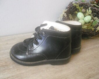 Vintage TODDLER ankle boots ... BLACK patent leather ... size 2 1/2 ... ADORABLE indie hipster childs