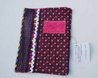 protège carnet de santé, fermeture pression résine, en coton, dans les tons roses et violets ; possibilité de personnaliser avec
