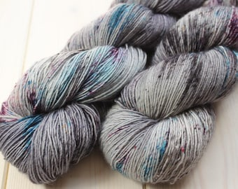 Skein hand - dyed Fingering Single - 100% superwash Merino - 100 g / 366 m - Unik grey/blue/purple