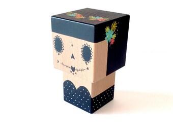 """Figurine cubique décorative """"Calavera"""" noire et blanche couronne  fleurs multicolores ( taille M ) - Peinte à la main -"""