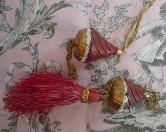 original 2 tassels made of red wood and raffia - Vintage