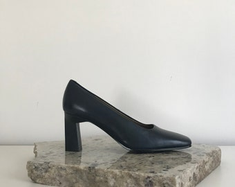 90s minimal navy square toe pump with sculptural heel