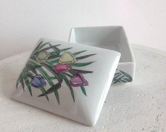 Floral jewelery box / Boîte fleurie rétro